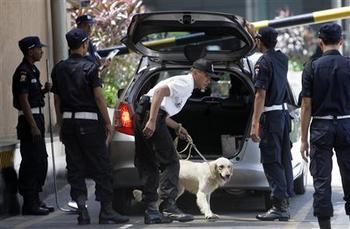 犬と共に警備に当たる警備員.jpg
