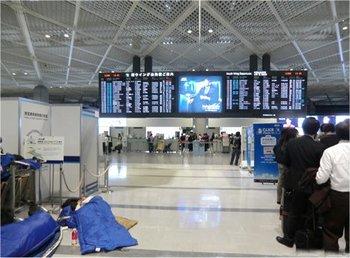 空港で寝る人達.jpg
